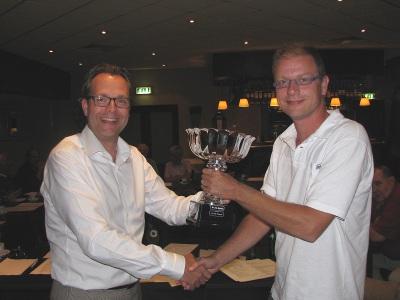 Stan Heijmans ontvangt de 'Fagel' (de kampioensbeker) uit handen van scheidend voorzitter Johan Knuvers
