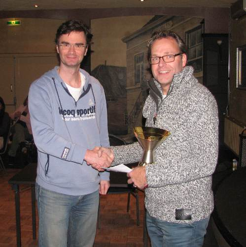 Loek van Wely (links) krijgt de kampioensbeker door Johan Knuvers uitgereikt