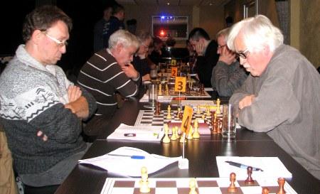 De schaakmachine is in vol bedrijf maar er hapert iets. Bedrijfsleider Ton van der Straeten (links) is zeer ontstemd.