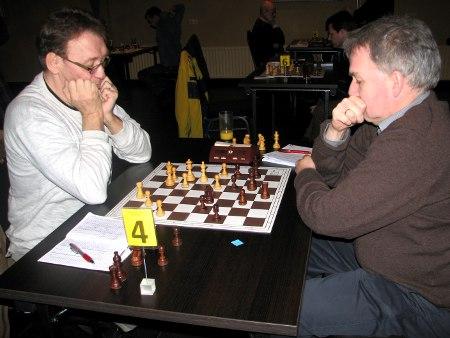 De clubgenoten Ton van der Straeten (links) en Henk Mollema in volle strijd met elkaar. Het werd geen broedermoord: de vrede werd getekend met een remise.