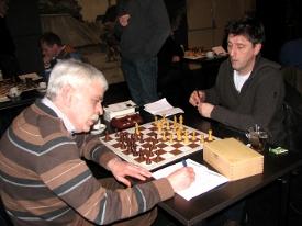 Rob Maas (links) bedwong met een remise de nummer 1 van groep B, Piet van Eijndhoven