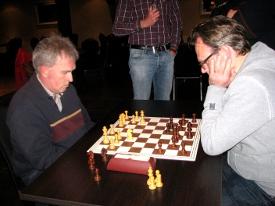 In de beslissingsmatch met Henk Mollema (links) om de 3e plek zegevierde Johan Knuvers