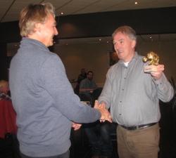 Henk Mollema (rechts) overhandigt namens HMC 't Boschros aan voorzitter Peter Zijderveld van De Kentering