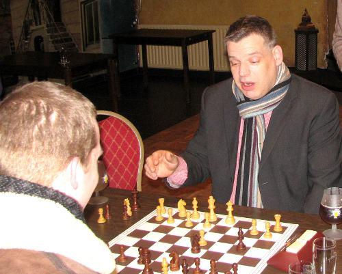 Mike Kroon, hier bezig met Arjan Gras, wil als coach een aantal clubschakers helpen, om hun niveau te verbeteren. Voor meer informatie: zie het ledenforum