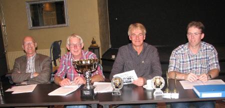 V.l.n.r.: penningmeester Hans v Eijk, secretaris Hans Kranenbarg, voorzitter Peter Zijderveld, wedstrijdleider Ronnie de Hoog