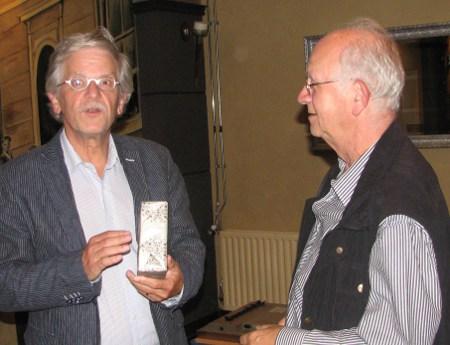 Martien Veekens rechts) reikt aan de grootste ratingstijger Paul Willemen de Martien-Veekensprijs uit.