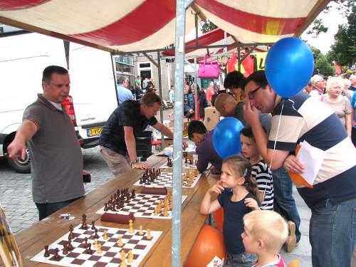 Geert Smulders-Dinh (links) en Arjan Gras: druk bezig met hun schaakpropaganda
