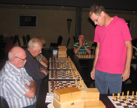 Oud-lid Albert Beekers (links), opnieuw als lid aangemeld, begon zijn 2e schaakcarrière goed: hij wist Stan te verslaan.