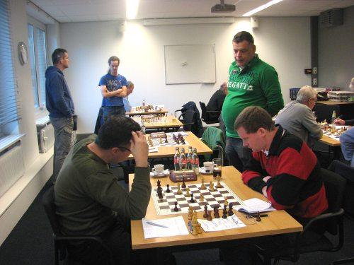Wilbert van Eijk (rechts) sleepte met een magistrale zege een vol punt binnen.