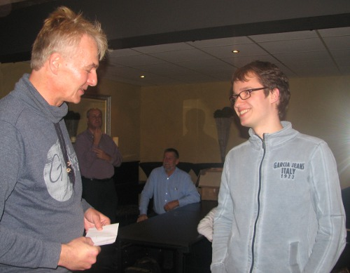 Kampioen Guus Bollen krijgt van voorzitter Peter Zijderveld de 1e prijs overhandigd