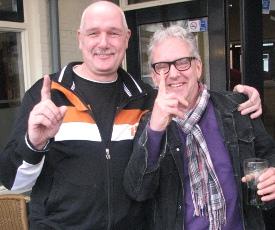 Jan Arts (rechts) kon na zijn snelle zege buiten verder dollen met de tegenpartij.