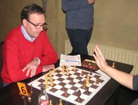 Bij Johan Knuvers (links) werd een open zenuw geraakt: ondanks een winstpartij opnieuw een 3½-4½-nederlaag.