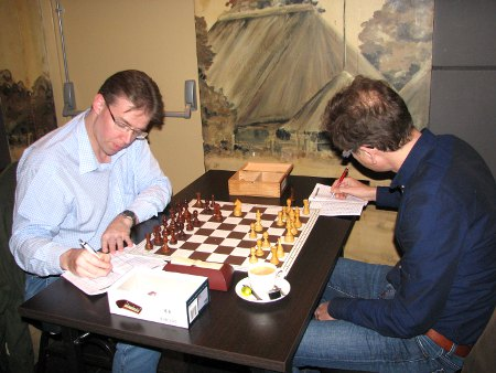 Ook de klassieker tussen Stan Heijmans (rechts) en Ronnie de Hoog (links) leek door de lentestorm ontregeld met enkele misperen.
