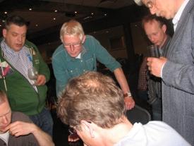 Stan, met zijn schaakkampioenshoofd op de voorgrond, lokte de gretige toeschouwers naar zijn bord.