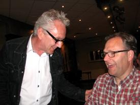 Jan Arts (links) is kampioen in het vertellen van inspirerende schaakverhalen. Geen wonder dat Johan Knuvers (rechts) al zijn partijen won.
