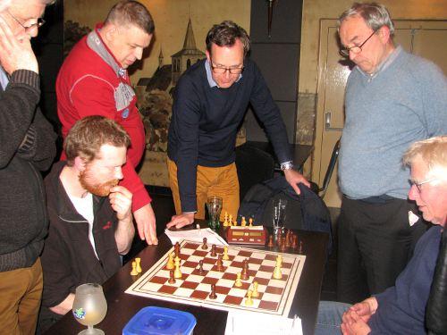 De stuurlui maken van het schaken een sociaal feestje en stuwen bovendien met hun scherpe analyses de partij op naar wetenschappelijke hoogten. Ze zijn onmisbaar aan de wal.