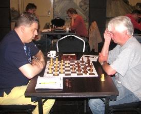 Mike Kroon (links) liet Ton Snoeren ongehinderd de zwarte hoofddiagonaal bezetten, wat de inleiding betekende tot een vernietigend zwart offensief.
