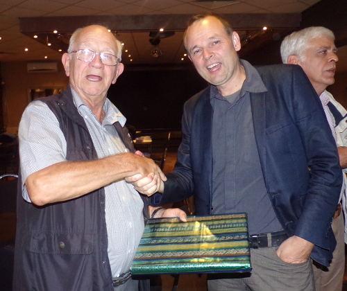 Eindelijk, eindelijk kon Martien Veekens (links) zelf op maandag 26 september de Martien-Veekensprijs voor de sterkste ratingstijger evenals vorig jaar overhandigen aan David Bruggeman.