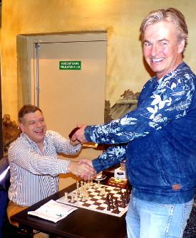 Groot is de dankbaarheid van voorzitter Peter Zijderveld voor de sponsoring van 20 schaakklokken door Mike Kroon (links).