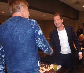 Ook dankt Peter van harte Wilbert van Eijk (rechts), die namens Van Iersel Luchtman Advocaten diens hulde in ontvangst neemt voor de sponsoring van 9 sets schaakstukken en 10 borden.