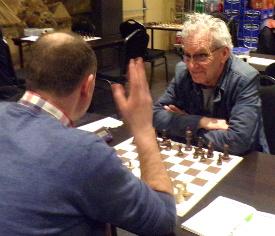 Jan is gelukkig weer terug. Hij schaakt weer .........