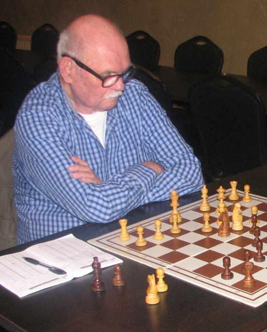 Van 1977 tot 1997 lid van 'De Kentering' en sinds enkele jaren opnieuw een trouw bezoeker van de clubavonden, totdat een ernstige hartaandoening hem keer op keer naar het ziekenhuis dreef en hem tenslotte, vlak voor zijn 70e verjaardag, fataal werd. Uit zijn e-mails en schaakpartijen herinneren we hem als een schaakliefhebber die in 'De Kentering' snel weer een vriendenclub had gevonden en tegen wie het door zijn rustige bescheidenheid prettig schaken was.