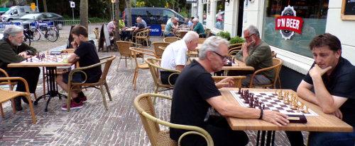 26 schakers dit keer. Jan kon het nog net bijbenen. Het merendeel begon zomers op het terras aan de eerste partij van de avond. Ook dit keer zullen de resultaten in de loop van de week op pagina 'zomeravondschaak 2017' van de website verschijnen.