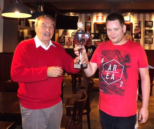 Johan Wuijts (rechts) heeft het zomeravondschaaktoernooi 2017 gewonnen. Hij ontvangt hier uit handen van Luigi de Mas, die de prijzen beschikbaar heeft gesteld, de fraaie overwinningsbeker. Proficiat Johan! En Jan! En allen die van dit toernooi zo'n mooi evenement hebben gemaakt!